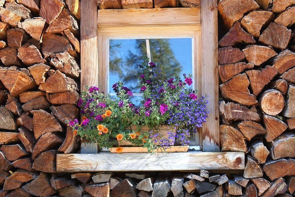 jardinera en la ventana