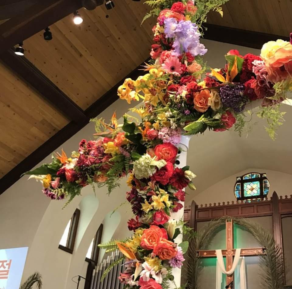 Cruz-con-flores-iglesia